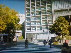 三田の慶応大学前